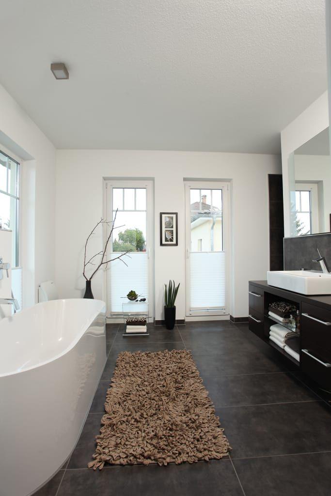 Frei geplantes kundenhaus – badezimmer mit badewanne: badezimmer von fingerhaus gmbh – bauunternehmen in frankenberg (eder