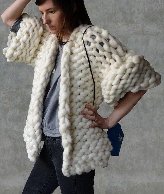 Vest reus wol, grote garen trui, chunky gebreide trui  Zeer warme en modieuze handknitted vest gemaakt van 100% de zachtste en fijnste merino-wol.  Dit natuurlijke materiaal is zeer ademend en lichaamstemperatuur regelt. Merino is ook antiallergische. Het dragen van een sweater merino u voelen zacht en luxueus zacht naast uw huid.  U kunt het bestellen in een van de 35 kleuren. Kleur op de foto wit, korte mouwen.  De wol gooien is een delicaat product. Droog reinigen alleen delicaat…