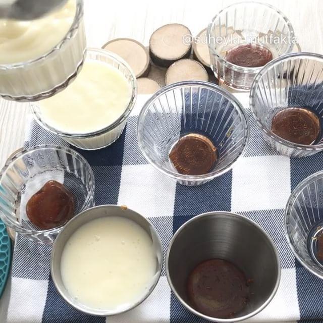 Kolay Krem Karamel Tarifi için Malzemeler   1 litre süt  1 su bardağından 1 parmak eksik toz şeker  4 yemek kaşığı mısır nişastası  2 adet yumurtanı sarısı  2 paket vanily