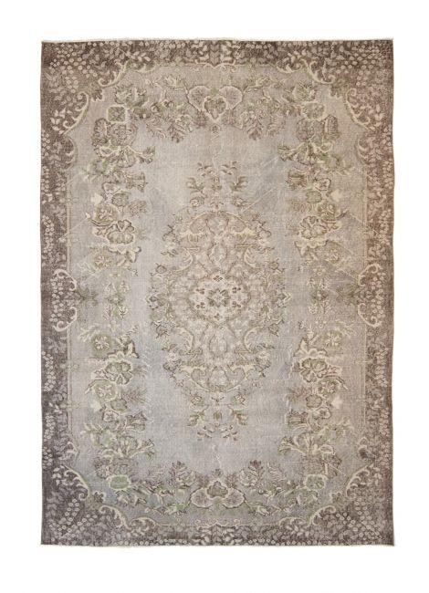 Authentiek recoloured vloerkleed in de kleur grijs. FTWL brengt je de mooiste recoloured kleden, een patchwork vloerkleed of vloerbedekking. Check de collectie voor alle gekleurde tapijten op voorraad. Geverfde kleden in alle kleuren! -