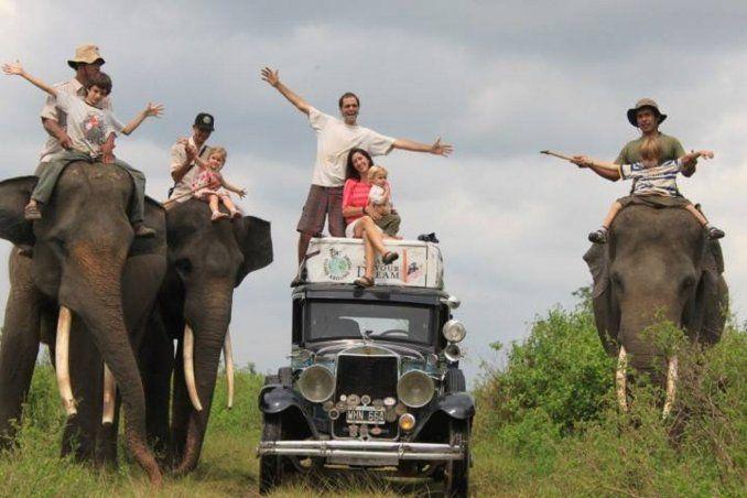 La familia argentina que recorre el mundo hace 15 años en un auto antiguo...