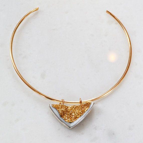 Ein super prickelnde, metallic, 18K Gold beschichtet weisse Druzy Naturstein ist in Sterling Silber von Hand Set und sitzt auf meinem 14K Gold-Filled-Matte. Der Anhänger ist abnehmbar, damit Sie 3 Ketten in 1, und sind in der Lage, das Halsband zu tragen, auf seine eigene und leicht hängen des Anhängers auf jeder anderen Kette.  Dies ist ein wunderbares Einzelstück und versandbereit ist. Anhänger ist 22 x 42 mm Choker ist 3mm dick und ist verstellbar.    Gold Filled hat 100 mal mehr Gold als…