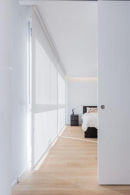 Dormitorio moderno en blanco con estores y perita corredera en vivienda estilo nórdico - Chiralt Arquitectos Valencia