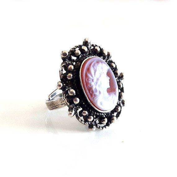 Ehi, ho trovato questa fantastica inserzione di Etsy su https://www.etsy.com/it/listing/525633512/signora-rossa-pietra-cameo-anello-agata