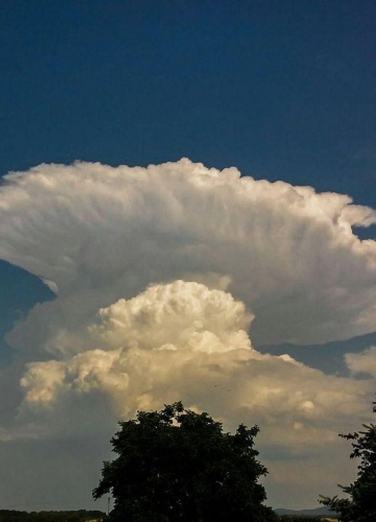 Kowadło w chmurze jak wybuch bomby atomowej. http://kontakt24.tvn24.pl/najnowsze/kowadlo-w-chmurze-jak-wybuch-bomby-atomowej,174090.html
