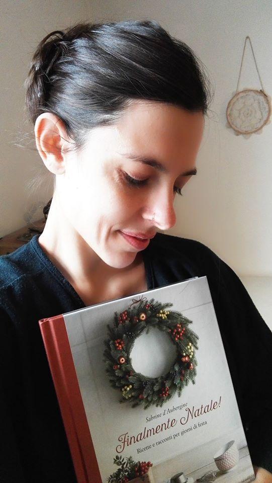 """Quella di Sara, nessuno si offenda, è una foto di rara grazia e intensità. Sarà perché lei, a forza di creare piccoli gioielli (originali e bellissimi), di bellezza se ne intende? Ma quel libro tenuto stretto al cuore non poteva trovare rifugio migliore... """"Da voi non so, ma qui nel mio lab e nella piccola cucina sui tetti di Sabrine d'Aubergine è già Natale"""" ha scritto ai suoi amici. Grazie Sara! Per la bellezza... #finalmentenatale"""