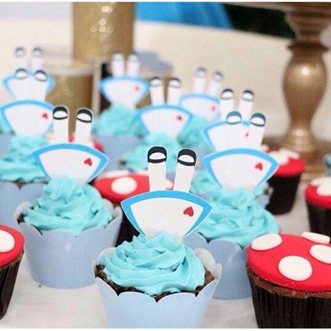 #Cupcakes divertidos da @taisfernandescake para uma festinha com o tema Alice no País das Maravilhas! ...