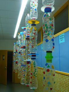 kunstwerk van lege plastic flessen