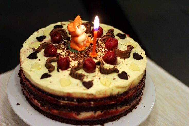 A nagyobbik fiamnak ma van a névnapja, pár napja megkérdeztem, hogy milyen tortát szeretne, ő meg egész pontos leírást adott: csokis-epres-habos a tetején legyenek körben meggyszemek és középen egy marcipánfigura. Ma délelőtt nekiálltam... :) Sütöttem egy kakaós piskótát, a…