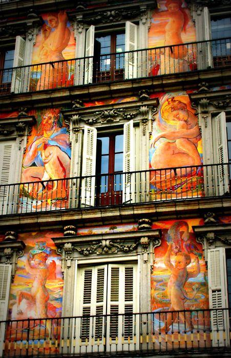 """""""Casa de la Panadería"""". Plaza Mayor in Madrid, Spain. Alejandro: Fachada historica pintada con estilo barroco como el de algunas iglesiasdandole vida a esa fachada un poco antigua."""