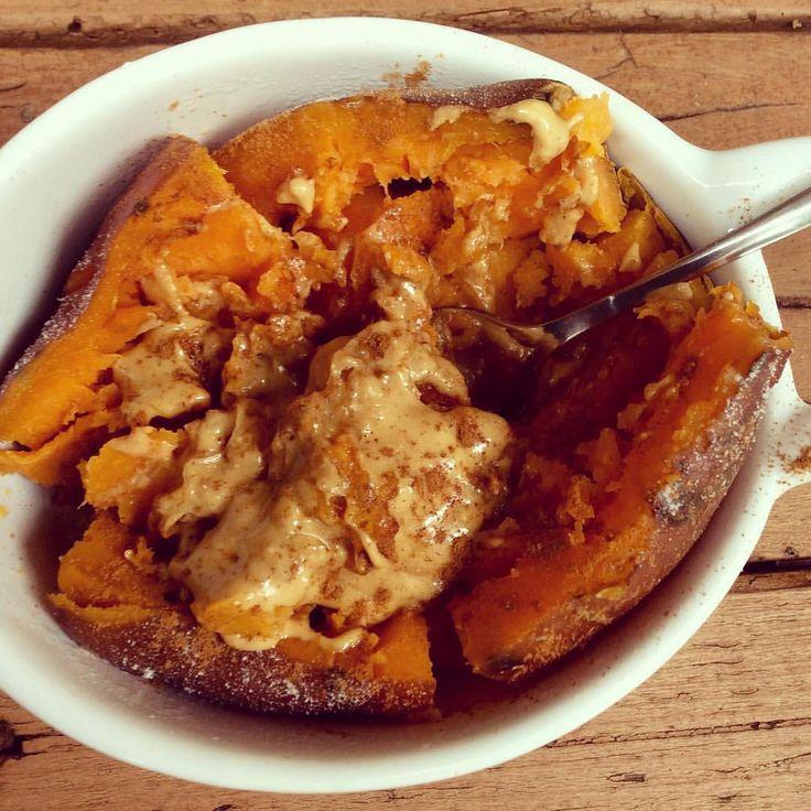 (@elli.a.fit): yaassss😍 sweet potato + cinnamon + pb + maple syrup = heaven! // förkokt, bakad sötpotatis + kanel + waldenfarms/zerotopping sirap + crunchy chili jordnötssmör!! Marslammet miiaolsen MyRecipe byolsen