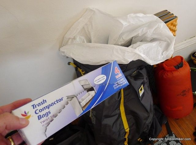 Tornar sua mochila impermeável é muito fácil, basta usar um saco de lixo. #dicas #acampamento #camping