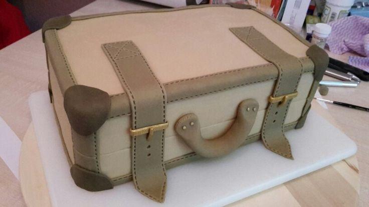 Koffertorte Rohmodell #Koffer #Fondant #Rohmodell #KiBa #Kirsch #Banane #Sahnetorte #gold