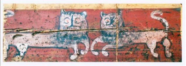 На большинстве работ мы видим охристых или золотистых львов, а вот в Азлецком с/с обнаружены белые львы, бегущие по красному фону опечка в одном из домов. (Фото В.Кормушина)