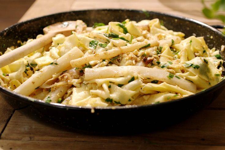 Jeroen maakt vandaag een bijzondere combinatie klaar: zelfgemaakte pasta met schorseneren 'à la flamande' – een duidelijk knipoog naar asperges met geprakt ei en gesmolten boter.Voor het pastadeeg gebruikt hij semola, een fijn griesmeel dat voor een gemakkelijker te bewerken deeg zorgt dan de typische 00-bloem. De verhouding voor een goed pastadeeg is altijd 1 ei op 100 gram bloem.