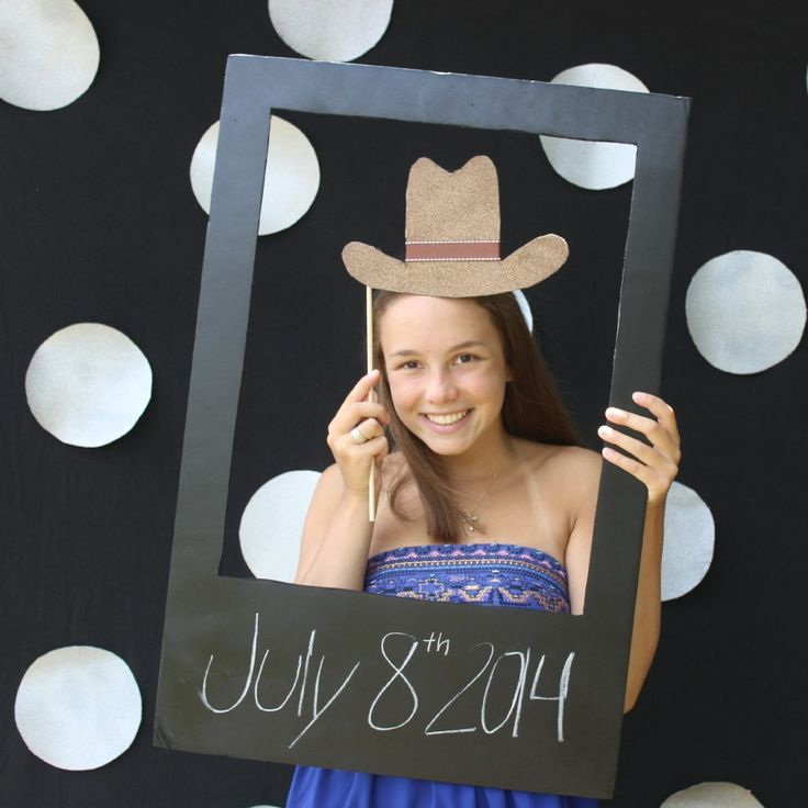 Make a fun #DIY Photo Booth for your next party!