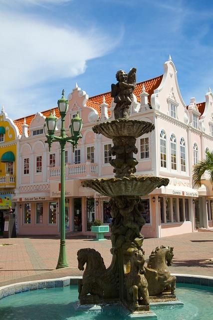 """Oranjestad, Aruba: Oranjestad (en español """"ciudad naranja"""") es la capital y la ciudad más importante de Aruba. Cuenta con 26.355 habitantes (2000) y se encuentra localizada en la costa sur cerca del extremo occidental de la isla. En el idioma local, el papiamento, la ciudad es conocida simplemente como """"playa""""."""