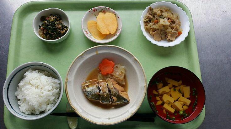 10月14日。さばの味噌煮、豚肉と野菜の華風炒め、チンゲン菜とシメジのごま和え、玉子豆腐のすまし汁、柿でした!さばの味噌煮が特に美味しかったです!623カロリーです