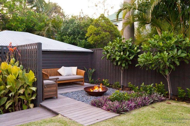 Уютная зона для отдыха, расположенная на территории двора