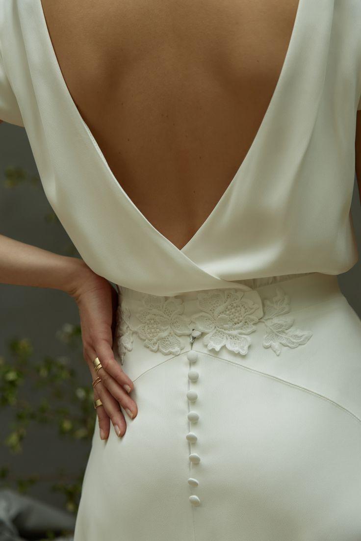 Céline de Monicault – Robe N° 37 : Robe en crêpe de viscose doublée de satin de soie, application de guipure à la main sur la cambrure et boutons recouverts haute couture brodés dans nos ateliers. – Barbara