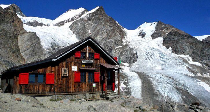 RIFUGIO MEZZALAMA - Si trova alla testata del Vallone di Verra a 3036 m., al culmine della morena di Lambronecca, che divide il Piccolo dal Grande ghiacciaio di Verra.
