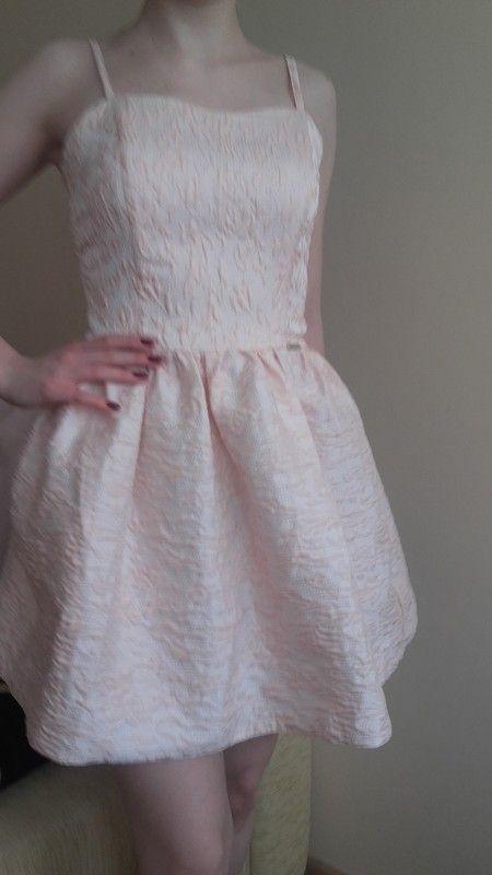 bladorózowa sukienka nadająca się idealnie na wesele bądź tez inne uroczystości