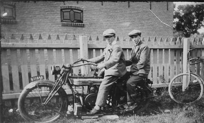 Voor: Wiebe Cuperus en achterop Jacob de Haan. (fotonr: 804. Bron: H.R. de Haan, Bolsward) Friese Nummerbewijzen, kentekens voor auto's en motoren 1906-1951