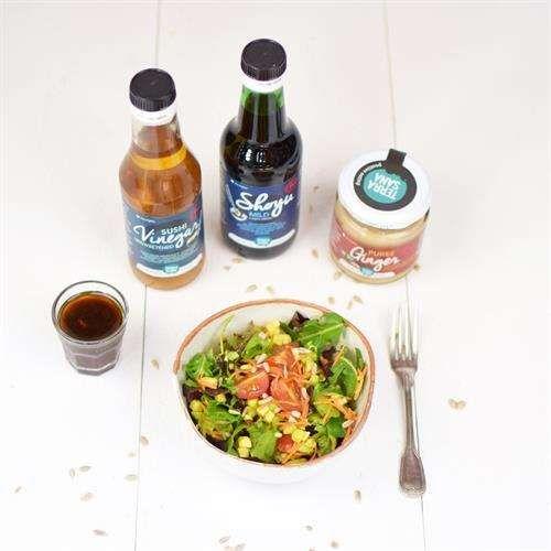 Salade met een dressing van shoyu, sushi-azijn, sesamolie, gemberpuree en knoflook.