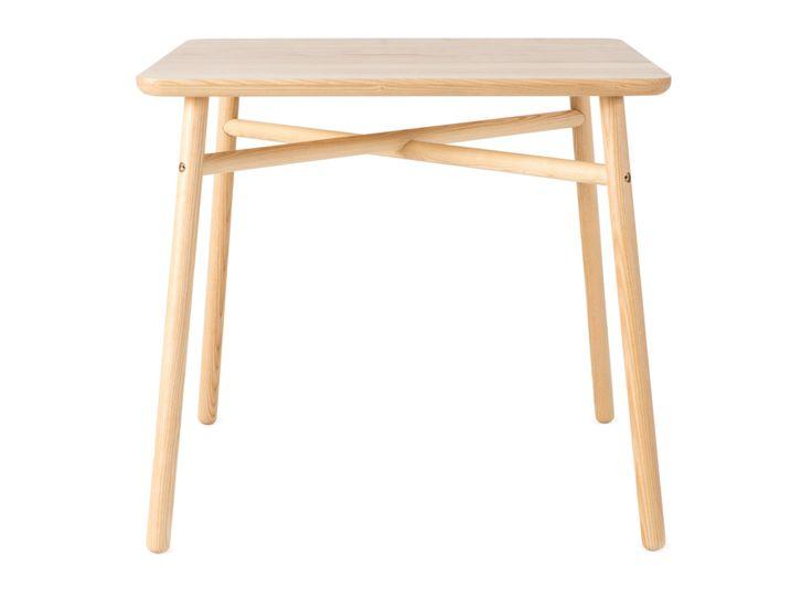 Fafa, mit seiner runden oder quadratischen Tischplatte und den angewinkelten Beinen, wird in einer Tischlerei in Handarbeit durch traditionelle Techniken gefertigt. Dieses Möbelstück ist einfach auf- und abzubauen und wird dir für lange Zeit in einer sich verändernden Welt zur Seite stehen.