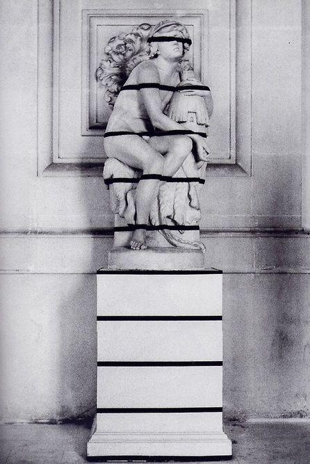 Adhésifs éphémères - 1968 - François Morellet - https://francoismorellet.wordpress.com/oeuvres/