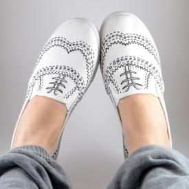 Hand Drawn Oxford Sneakers Tutorial...Gobs of ideas for restyling your sneakers! There are lots of really cool ideas!
