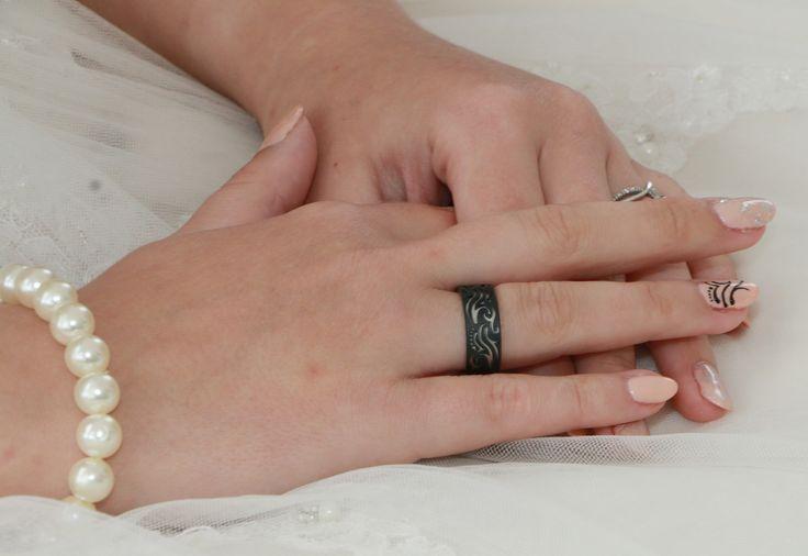 Gyűrűnünk ( a körmömön a vésett minta fekete lakkal :) )