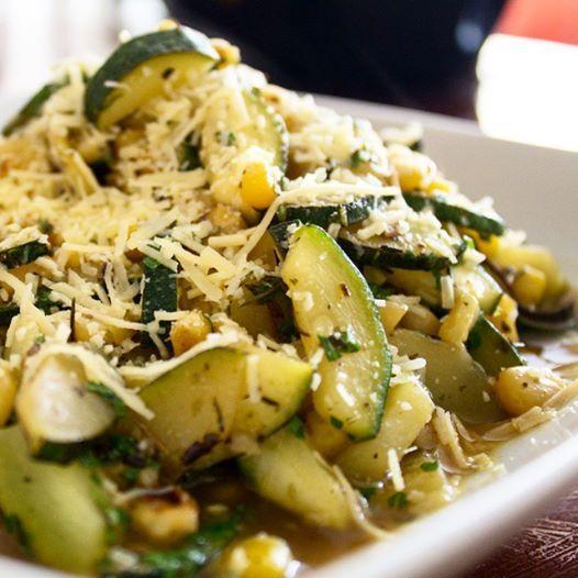 Súper Ensalada de Zucchini, Maíz y Queso Parmesano ¡Pegandole a lo saludable!  Prepárala, pruebala y verás la variedad de cosas que se te ocurrirá comer con ella.