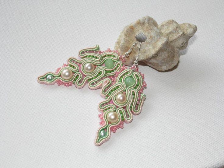 """""""Nephelium"""" Kolczyki wykonane są techniką haftu sutaszowego.Centrum stanowią jadeity i perły rzeczne,oprócz tego użyłam szklanych koralików TOHO.Podklejane częściowo filcem,impregnowane."""