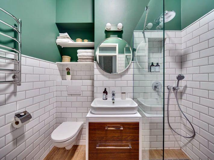 Белая плитка и зеленые стены в дизайне ванной комнаты