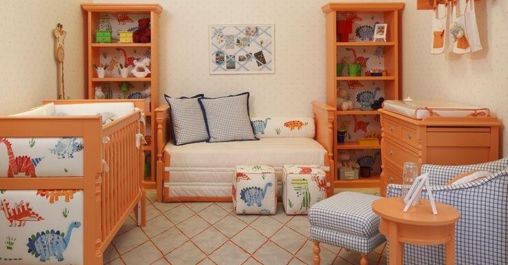 Para deixar os móveis de estilo mais leves, a arquiteta Zize Zink optou por laqueá-los em um laranja pastel. A cor suave e alegre regeu o restante da ambientação do quarto de bebê. Algumas pequenas doses de azul marinho quebram o excesso de doçura do laranja