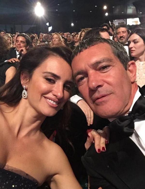 Penélope Cruz y Antonio Banderas, se apuntan al selfie en los Goya - Yahoo Cine España