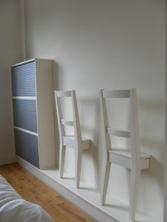 Matériel : 2 chaises BERTIL Tasseau colle, vis, perceuse, scie circulaire, peinture Description : Notre chambre est étroite, et nous avons besoin d'un endroit pour les vêtements entre le port et la lessive. Inspiré par une conception de Laphoeff j'ai acheté deux chaises BERTIL Ikea d'occasion et fait d'eux des valets. J'ai utilisé une scie circulaire et coupé les chaises à moitié. J'ai fixé des tasseaux avec angle, afin de pouvoir faire tenir les chaises dessus, mais aussi de pouvoir les…