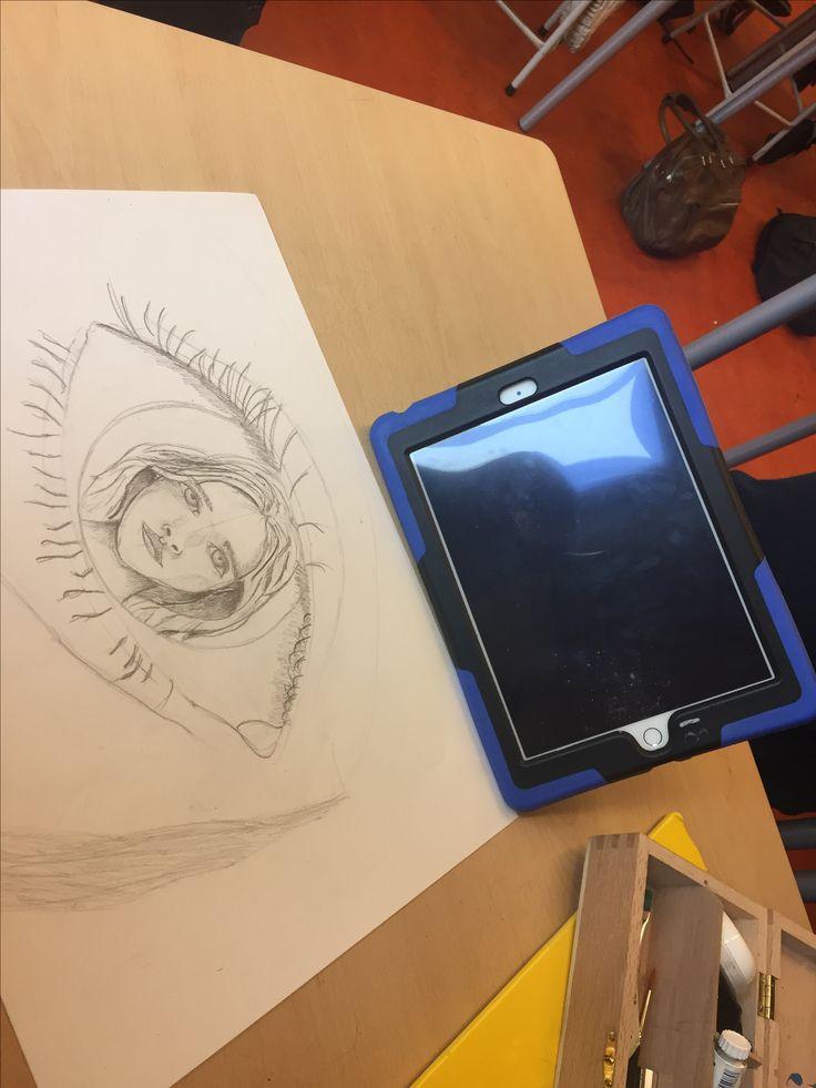 Ik heb deze les vooral gewerkt en gezocht naar hoe ik de schaduw moest gaan tekenen. Het vorige idee dat ik had heb ik niet meer gedaan want er was te weinig ruimte voor daarom heb ik iets anders bedacht. Ik ga de neus en wenkbrauw maken met de schaduwen.