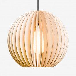 AION ist eine Lampe aus Holz. Schlicht und minimalistisch passt sie zu fast jeder Einrichtung, dabei sorgen Lamellen aus Birkenholz für warmes und gemütliches Licht. Als Beleuchtung für den Esstisch, über einem Sidboard oder als Licht für Kücheninseln -die Lampe AION ist vielseitig einsetzbar. Erhältlich in zwei Größen und fünf Farben.VARIANTE: BIRKE NATUR, fein geschliffen, unbehandelt.Durchmesser 30cm // Höhe 28,5 cmAION wird mit 2m Textilkabel, E27 Fassung und Baldachin in einem…