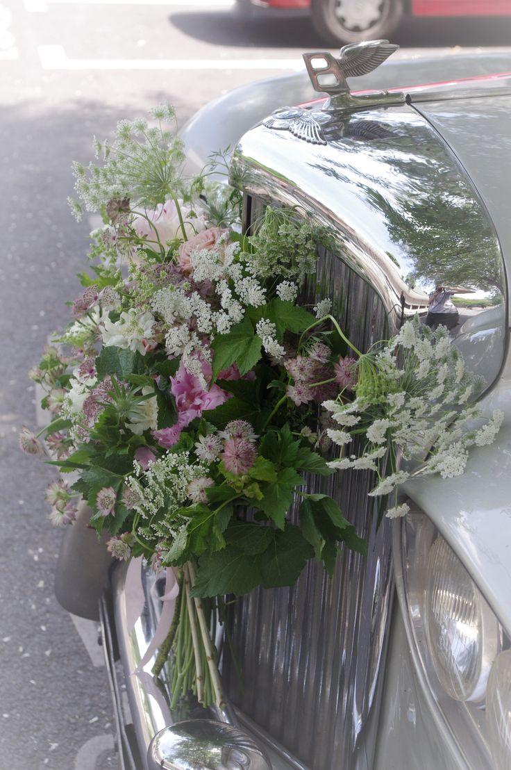 Rolls-Royce , décoration de voiture pour mariage, fleurs pastels sur la calandre, rose de jardin, hortensia, fleur de dille, astrentia #Auderose fleuriste à Suresnes