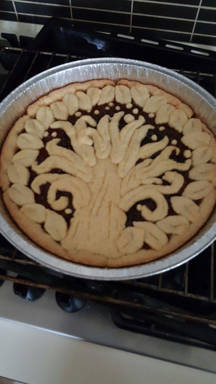 Crostata di marmellata di Nespole decorata.
