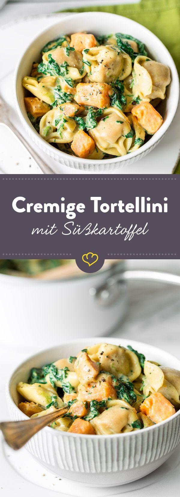 Koch deine Tortellini gleich in der Sauce mit Sahne, Süßkartoffel und Spinat. Das macht sie besonders lecker und du musst nur einen einzigen Topf spülen.