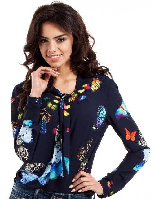Zwiewna bluzka z wiązaną plisą przy dekolcie. Długie rękawy zapinane na mini…