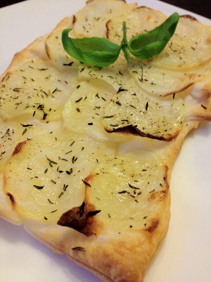 Een lekker aardappeltaartje van bladerdeeg uit de oven. Tijd: 15-20 min. + 20 min. in de oven Benodigdheden: 4 plakjes bladerdeeg Een beetje bloem 2-3 aardappels Olijfolie Tijm Peper Zout Bereidingswijze: Haal 4 plakjes bladerdeeg uit de diepvries. Zet dan de oven aan op 180 graden zodat deze kan voorverwarmen. Strooi een beetje bloem over …