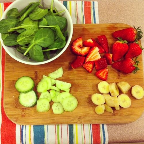 Green detox smoothie (with spinach, strawberries, cucumbers and bananas)