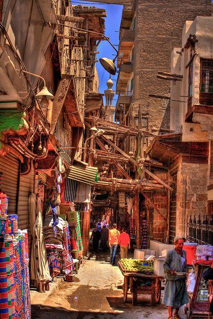 Mercado Khan al-Khayamiyya, Cairo, Egito. E um labirinto de becos e bazares, principal centro comercial da cidade desde a idade media. Milhares  de turistas vao la a procura de lembrancas. Ali se encontram atacadistas que vendem roupas e utensilios domesticos. Ha perfumes, temperos, ouro. Artesaos produzem tendas personalizadas.