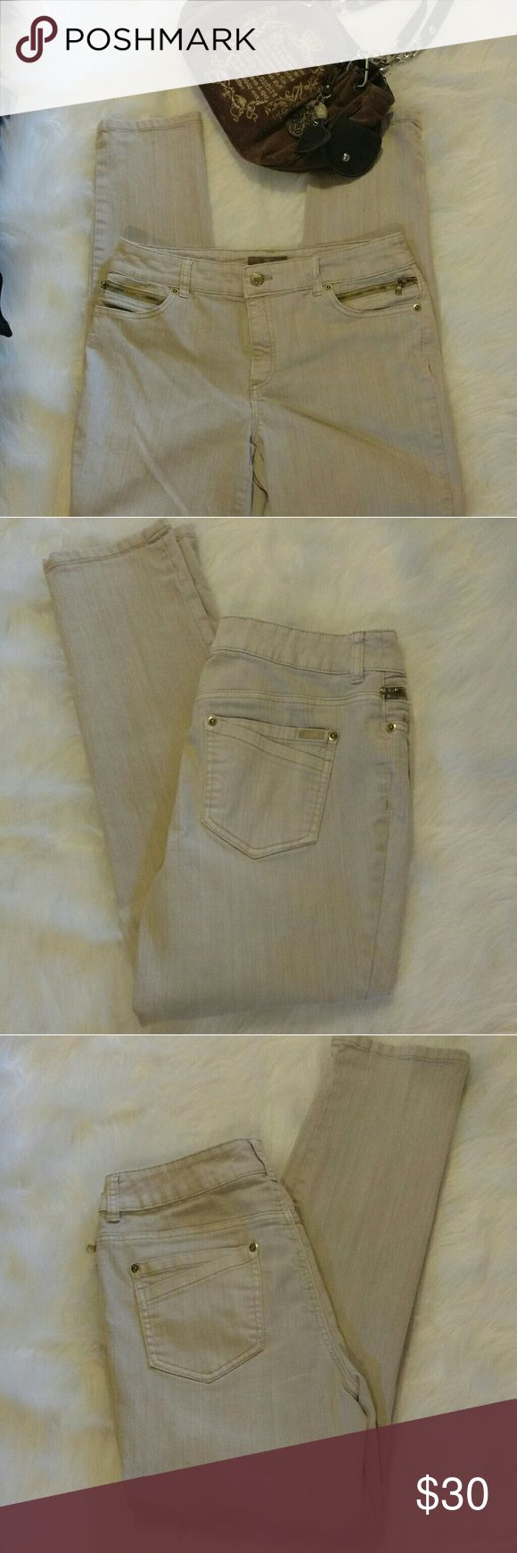Chico's so slimming jeans Light gray with four pockets in front ( 2 zip ) and has two pockets in the back, with two pockets inside them. Very cute jeans size 1.. Please note that Chico jeans have their own sizing system so please be familiar with it before ordering. Like new condition, no stains from a pet and smoke free home. Chico's Jeans Skinny