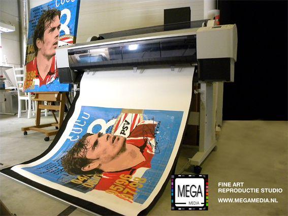 De volgende fase in het proces, het printen. De prints zijn vervaardigd met high-end apparatuur, materialen en inkten van topmerken, hierdoor is een lange levensduur gegarandeerd!  Links in beeld, op de ezel, het originele werk, en onderin in beeld de Giclée-print (kunstreproductie)  #megamedia #giclee #artprint #artgiclee #kunstdruk #reproductie #kunstreproductie #repro #druk #psv #kunst #art #print #printer #epson