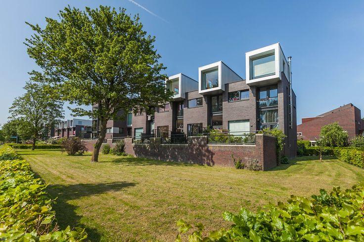 Henk Plenterlaan 11 Groningen. Prachtige, onder architectuur gebouwde, royale stadsvilla met een moderne eigentijdse vormgeving. De locatie maakt dit woonhuis bijzonder. Door de speelse indeling ziet u de schepen in het Van Starkenborghkanaal vanuit de keuken, woonkamer en op het zonnige terras voorbij varen.